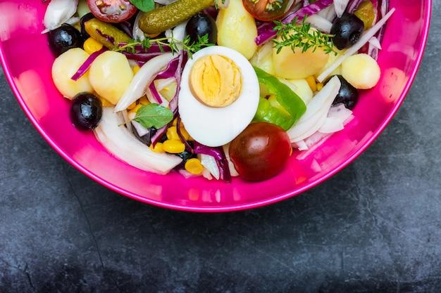 Zdrowa i świeża sałatka. śródziemnomorska letnia dieta.