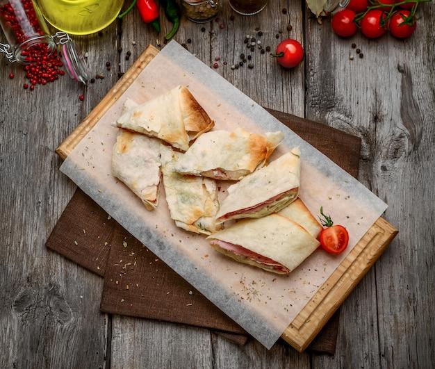 Zdrowa kanapka klubowa bułka pita z serem i szynką