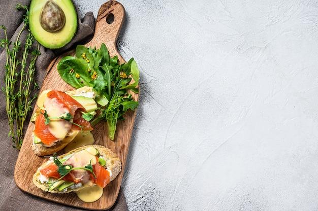 Zdrowa kanapka z awokado i łososiem