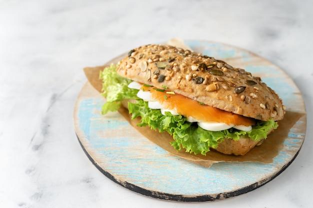 Zdrowa kanapka z łososiem na bielu