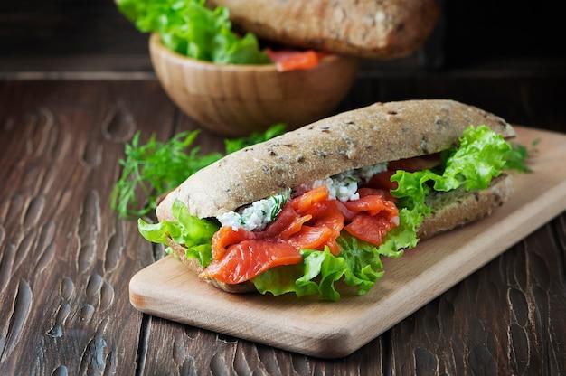 Zdrowa kanapka z serem i łososiem