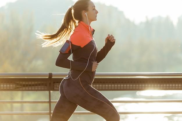 Zdrowa kobieta działa z niewyraźne tło