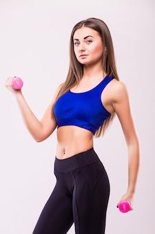 Zdrowa kobieta hiszpanin z hantlami pracy na białym tle. koncepcja siłowni fitness