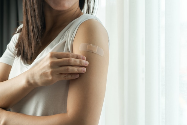 Zdrowa kobieta otrzymująca szczepienie odpornościowe martwi się skutkami ubocznymi, szczepieniem, zaszczepionym pacjentem, programem wprowadzania szczepionek