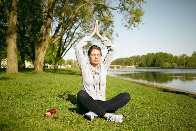 Zdrowa kobieta robi ćwiczenia na świeżym powietrzu