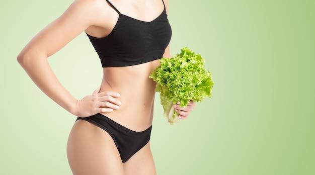 Zdrowa kobieta z sałatą