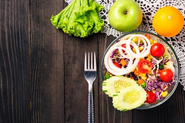 Zdrowa kolorowa świeża miska sałatkowa z komosą ryżową, pomidorami i mieszanymi warzywami zielonymi w naczyniu