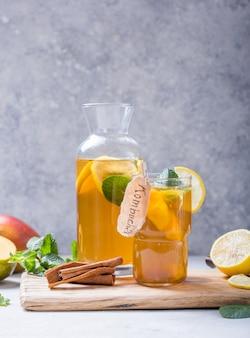 Zdrowa kombucha z cytryną i cynamonem.