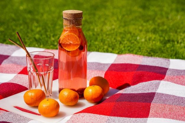 Zdrowa letnia lemoniada koktajle cytrusowe i jagodowe organiczny napój detoksykacyjny antyoksydacyjny domowy orzeźwi...