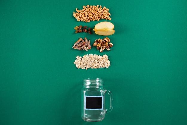 Zdrowa miska na śniadanie z granola orzechami mąka detoksykująca pszenica dla zdrowego odżywiania widok z góry