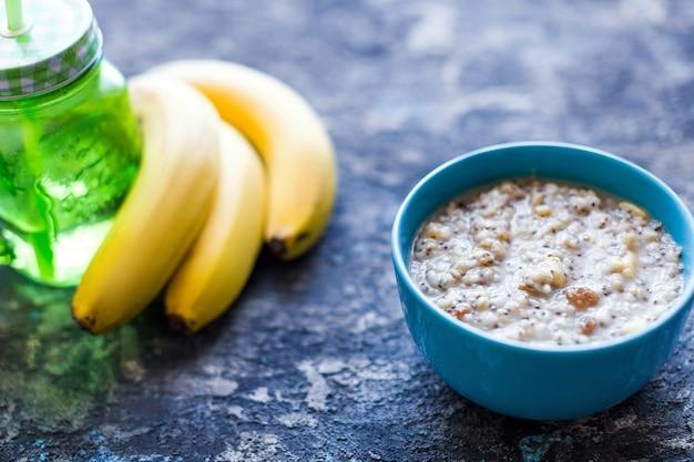 Zdrowa miska śniadaniowa. płatki owsiane z bananem, rodzynkami, orzechami włoskimi, nasionami chia