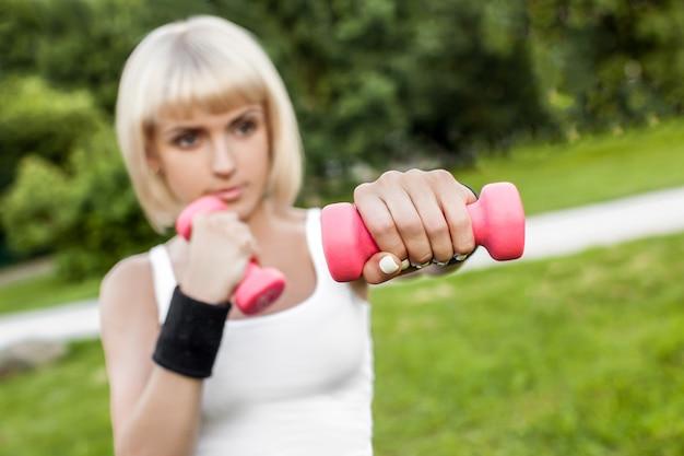 Zdrowa młoda kobieta rozciąga przed sprawnością fizyczną i ćwiczeniem