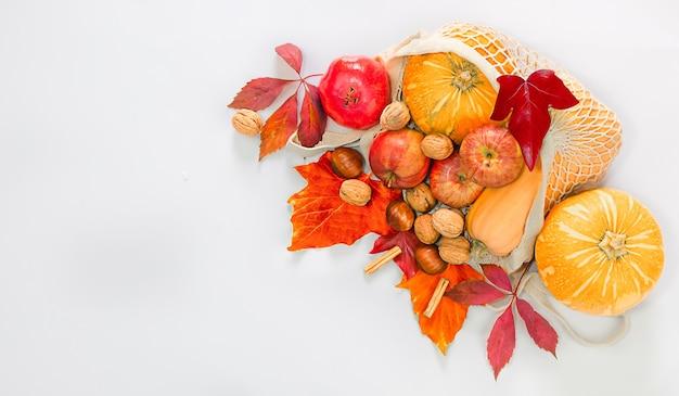 Zdrowa naturalna żywność w ekologicznej torbie dostawa żywności na święto dziękczynienia zero waste