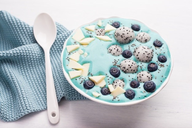 Zdrowa niebieska miska spirulina z owocami