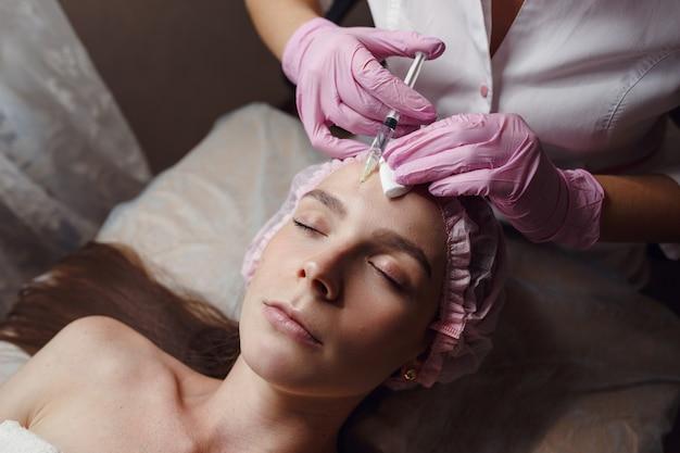 Zdrowa, piękna skóra. kosmetolog robi zabiegi kosmetyczne dla pacjenta
