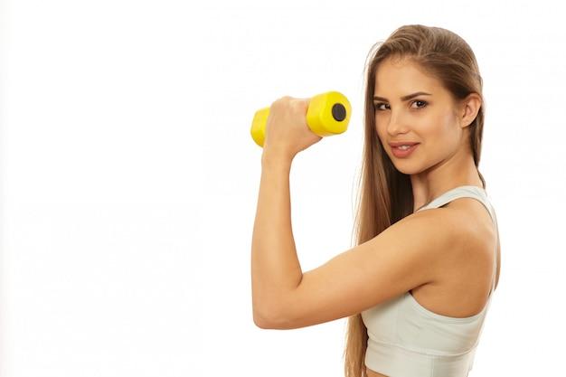 Zdrowa piękna sprawności fizycznej kobieta przygotowywająca trening