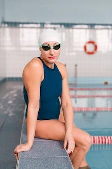 Zdrowa pływaczka pozuje w pomieszczeniu