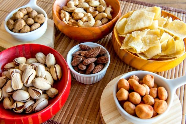 Zdrowa przekąska, fasola, chipsy z manioku, pistacje, ciecierzyca, orzeszki ziemne i migdały.