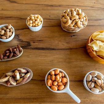 Zdrowa przekąska, fasola, chipsy z manioku, pistacje, orzechy brazylijskie, ciecierzyca, orzeszki ziemne i migdały.