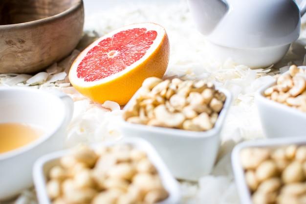 Zdrowa przekąska paleo z orzechami i herbatą