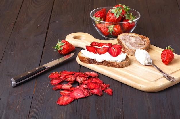 Zdrowa przydatna przekąska z chipsami truskawkowymi i domowym serem
