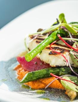 Zdrowa receptura ekologiczna żywność i wegetariańskie menu sałatek w luksusowej restauracji ciepłe warzywa z serem...