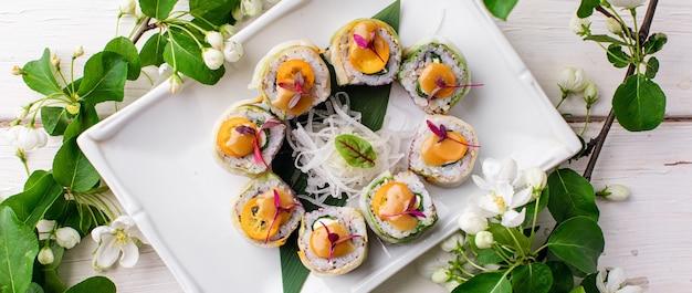Zdrowa rolka sushi z jarmużem i awokado z pałeczkami wysokiej jakości zdjęcie