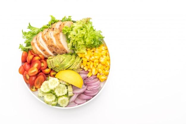 Zdrowa salaterka z piersią kurczaka