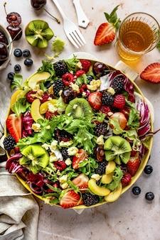 Zdrowa salaterka z warzywami i jagodami