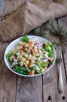Zdrowa sałatka cezar ze świeżych warzyw i kurczaka