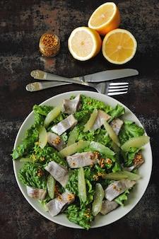 Zdrowa sałatka fitness z cytryną i rybą.