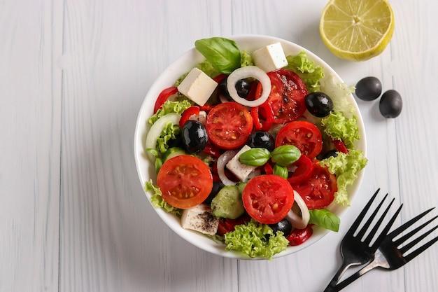 Zdrowa sałatka grecka z zieloną sałatą, widok z góry