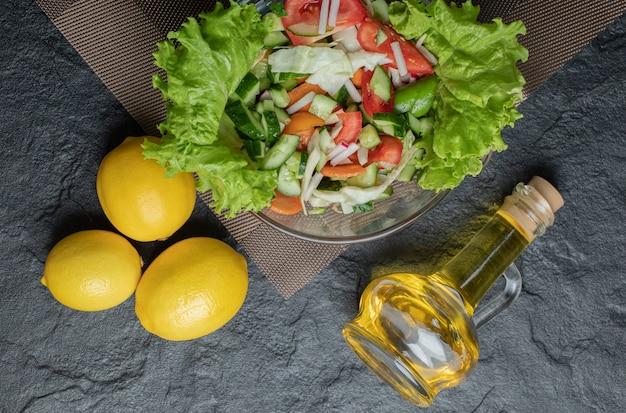 Zdrowa sałatka jarzynowa ze świeżych i cytryny, olej wysokiej jakości zdjęcie