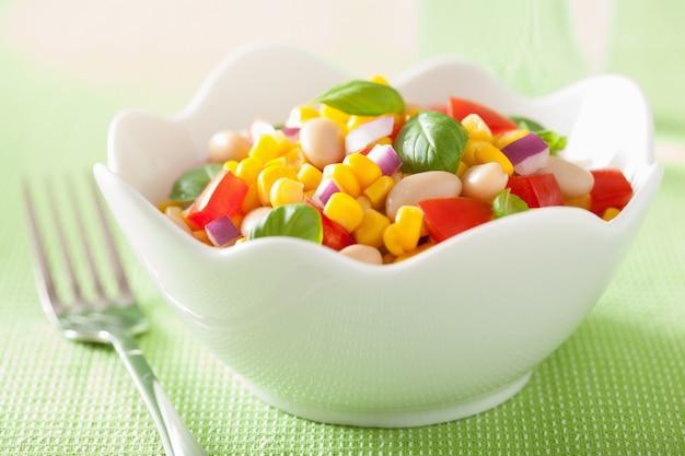 Zdrowa sałatka kukurydziana z pomidorową cebulą bazylią z białej fasoli