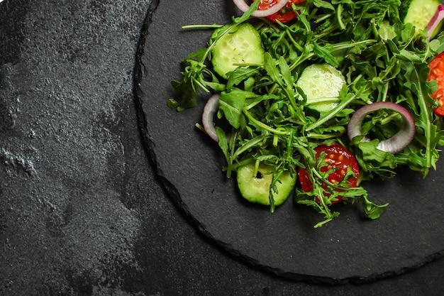 Zdrowa sałatka, mieszanka sałat z liści (mikroukłady, ogórek, pomidor, cebula, inne składniki)
