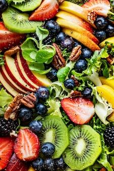 Zdrowa sałatka owocowa z warzywami i orzechami pekan