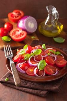 Zdrowa sałatka pomidorowa z oliwą bazyliową z cebuli i octem balsamicznym
