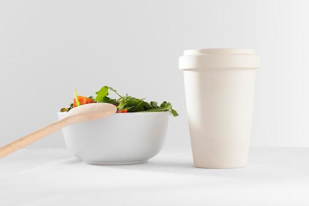 Zdrowa sałatka w białej misce