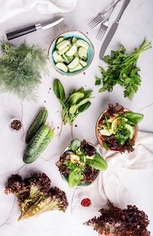 Zdrowa sałatka warzywna ze szpinakiem, czerwoną sałatą, ogórkami i zielenią
