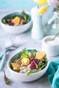 Zdrowa sałatka wegetariańska z komosą ryżową, warzywami i grejpfrutem