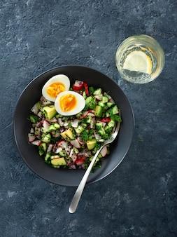 Zdrowa sałatka wegetariańska z ogórkiem, rzodkiewką, awokado i komosą ryżową