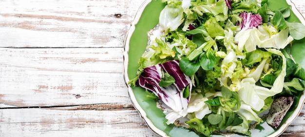 Zdrowa sałatka wegetariańska