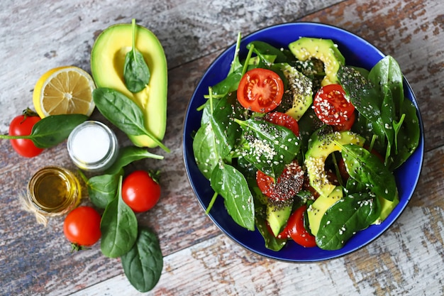Zdrowa sałatka z awokado, szpinakiem, nasionami chia i sezamem.
