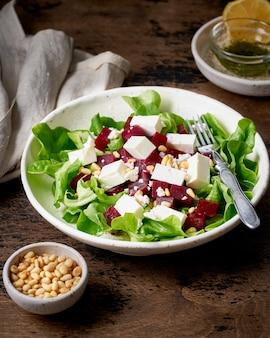 Zdrowa sałatka z burakiem, twarogiem, fetą i orzeszkami pinii, sałata. dieta ketonowo-ketogeniczna o niskiej zawartości węglowodanów