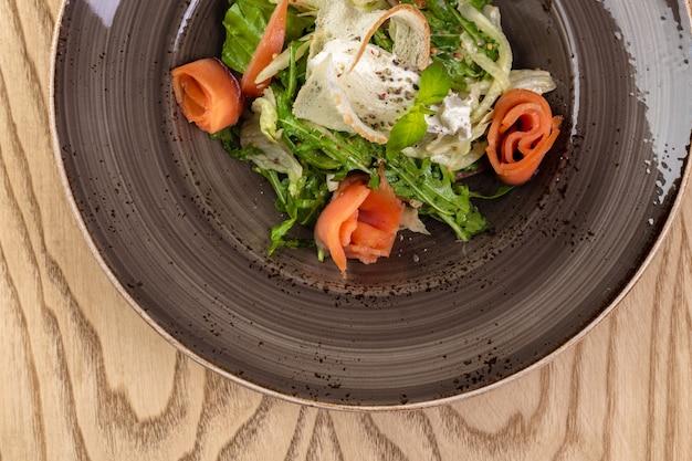 Zdrowa sałatka z czerwonej ryby z mieszanymi liśćmi sałaty