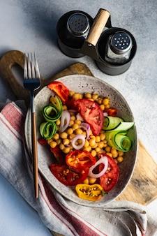 Zdrowa sałatka z ekologicznych warzyw i ciecierzycy podawana w misce