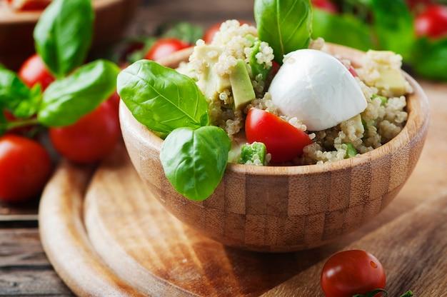 Zdrowa sałatka z komosą ryżową, pomidorami i awokado, selektywna ostrość