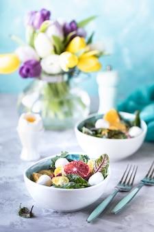 Zdrowa sałatka z komosą ryżową, warzywami i grejpfrutem
