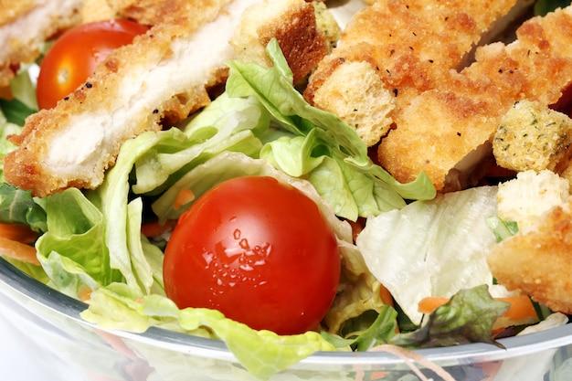 Zdrowa sałatka z kurczakiem i warzywami