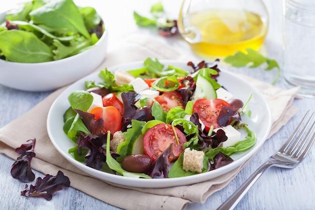 Zdrowa sałatka z pomidorami, oliwkami i serem feta